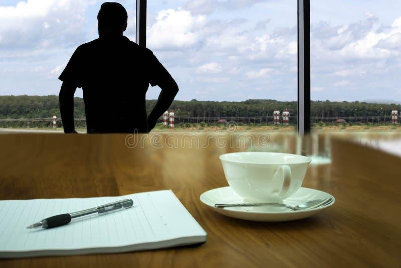 Begriffsgeschäftsmann, der durch Fenster im blauen Himmel mit schaut lizenzfreie stockbilder