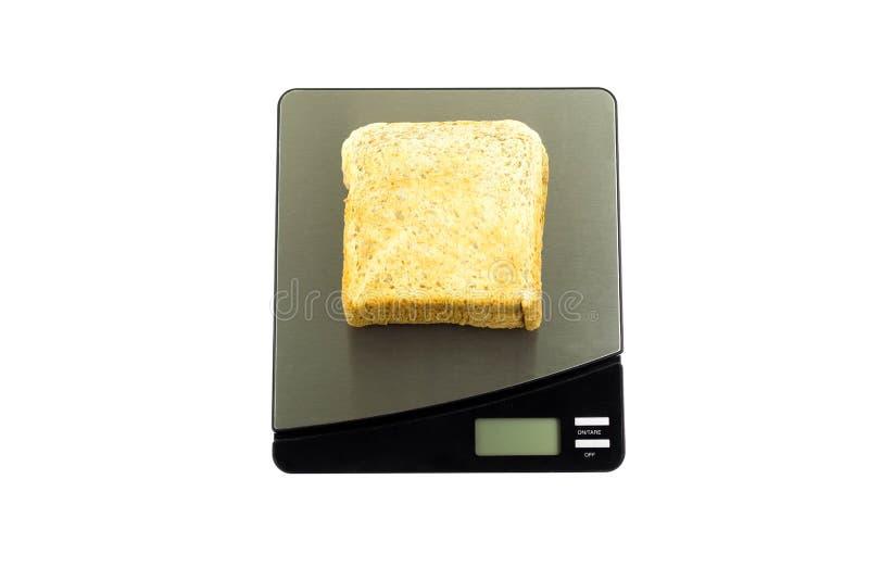 Begriffsgesundheitswesen, das Brot auf einer Skala lokalisiert wiegt stockfoto