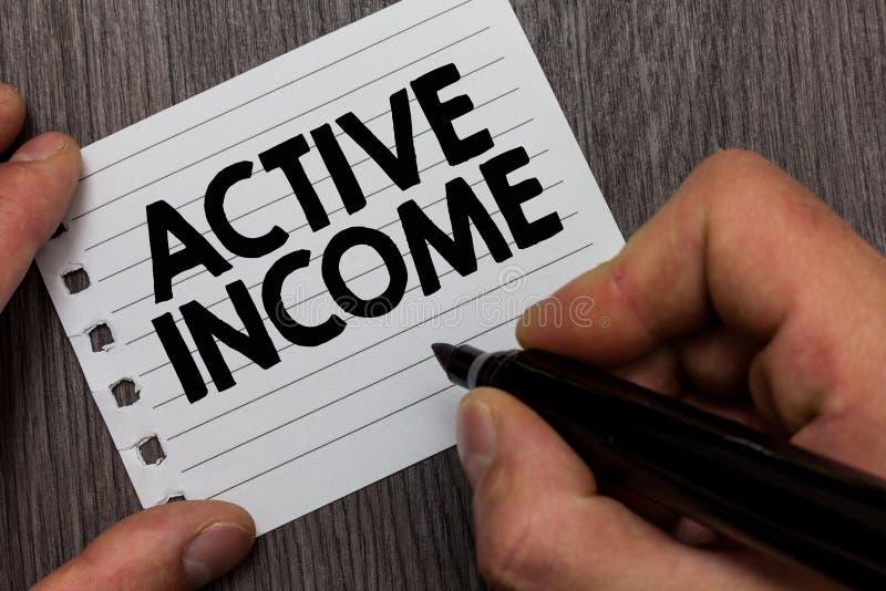 Begriffshandschrift, die aktives Einkommen zeigt Das Geschäftsfoto, das Abgaben zur Schau stellt, bezahlt Pensions-Kapitalanlagen lizenzfreies stockbild