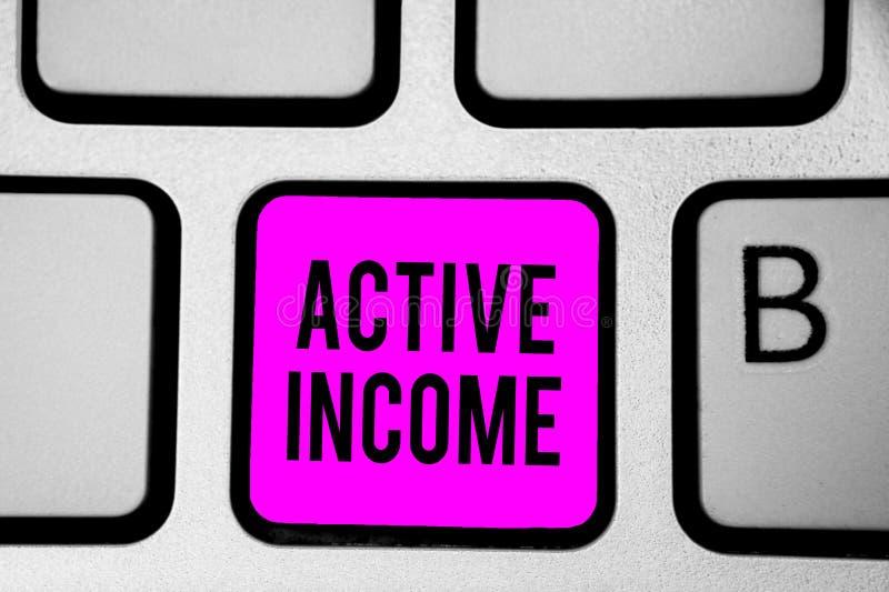 Begriffshandschrift, die aktives Einkommen zeigt Geschäftsfoto-Text Abgaben bezahlt Pensions-Kapitalanlagen-Tipp-Tastatur lizenzfreie stockbilder