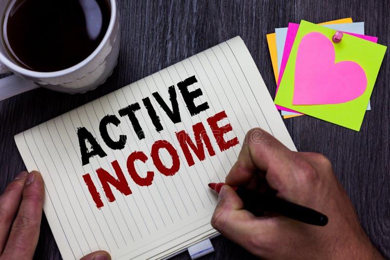 Begriffshandschrift, die aktives Einkommen zeigt Geschäftsfototext Abgaben-Gehalts-Pensions-Kapitalanlagen-Tipp-Manngriff lizenzfreie stockbilder