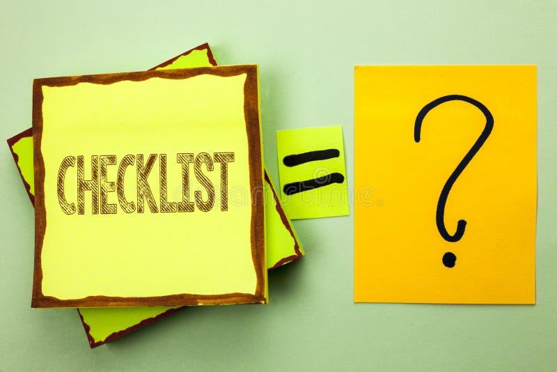 Begriffshandschrift, die das Checklisten-Geschäftsfoto zur Schau stellt Todolist-Listen-Plan auserlesener Berichts-Feedback-Daten lizenzfreie stockbilder