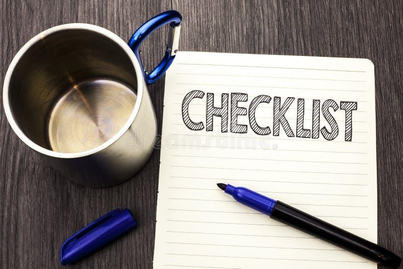 Begriffshandschrift, die das Checklisten-Geschäftsfoto zur Schau stellt Todolist-Listen-Plan auserlesener Berichts-Feedback-Daten stockbilder