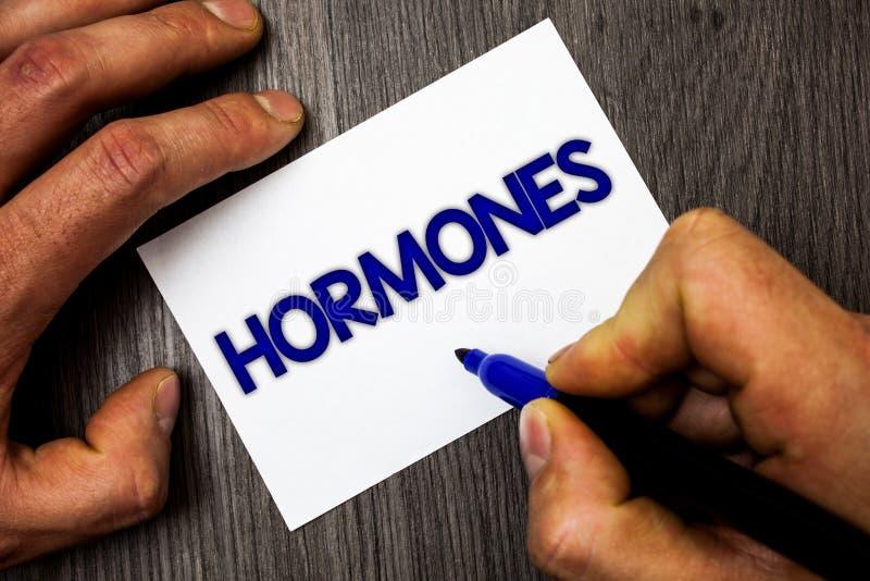 Begriffshandschrift, die Hormone zeigt Das Geschäftsfoto, das regelnde Substanz zur Schau stellt, produzierte in einem Organismus stockbilder