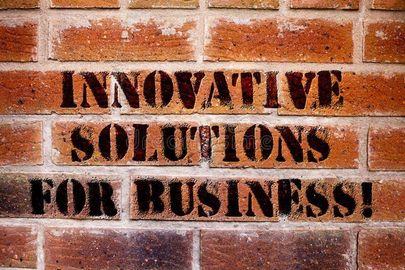 Begriffshandschrift, die innovative Lösungen für Geschäft zeigt Moderne Ideen des Geschäftsfoto-Textes angewendet an den Firmen stockfotos