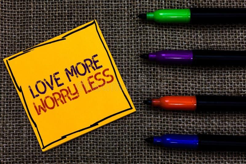 Begriffshandschrift, die Liebe mehr Sorge kleiner zeigt Geschäftsfototext lassen eine gute Haltungsmotivation liebenswürdig sein  stockfotografie