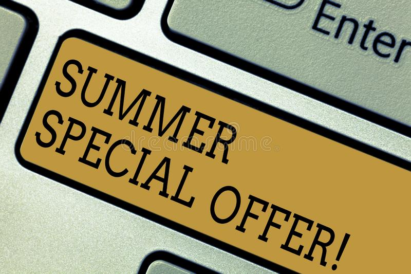 Begriffshandschrift, die Sommer-Sonderangebot zeigt Geschäftsfototextprodukt oder -service, die an einem angeboten wird lizenzfreies stockbild