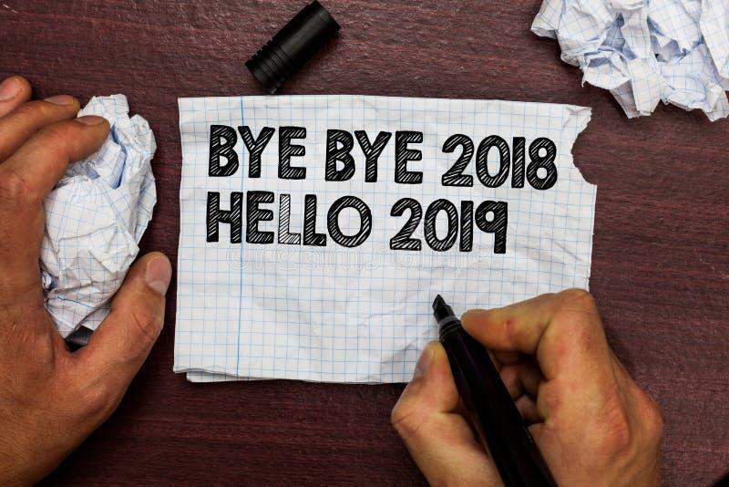 Begriffshandschrift, die Tschüss 2018 hallo 2019 zeigt Der Geschäftsfototext, der Motivmitteilung 2018 des neuen Jahres beginnt,  lizenzfreies stockbild