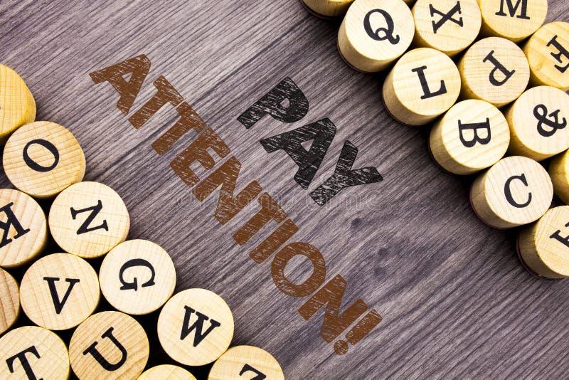 Begriffshandschrifttextvertretung Lohn-Aufmerksamkeit Konzeptbedeutung gibt aufpassen die aufmerksame Warnung acht, die auf hölze stockbild