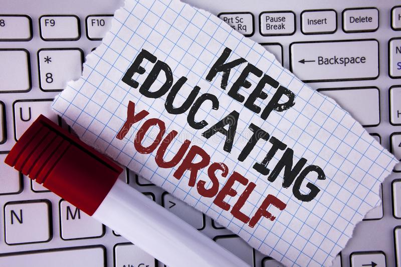 Begriffshandschriftvertretung halten Bildung sich Geschäftsfototext hören nie auf zu lernen, besseres Improve zu sein anregen wr stockbilder