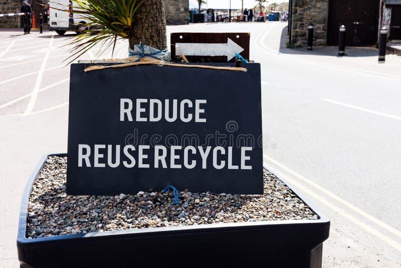 Begriffshandschriftvertretung verringern Wiederverwendung aufbereiten Geschäftsfoto, das environmentallyresponsible Verbraucher z stockbild