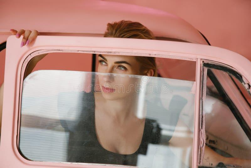 Begriffsmode des blonden vorbildlichen Blickweinlese-Autos lizenzfreie stockfotos