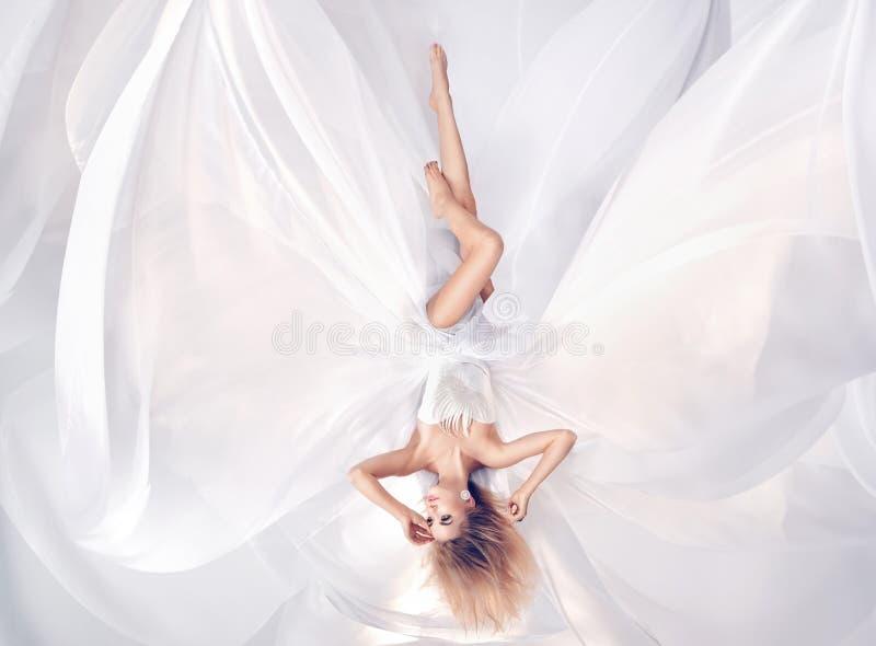 Begriffsporträt eines tragenden weißen Blattkleides der prety Blondine lizenzfreie stockfotos