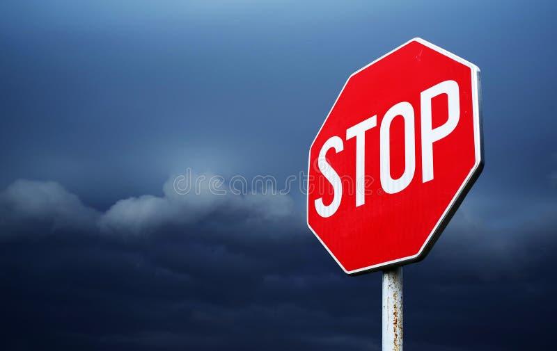 Begriffsstoppschild mit stürmischem Wolkenhintergrund lizenzfreie stockfotos