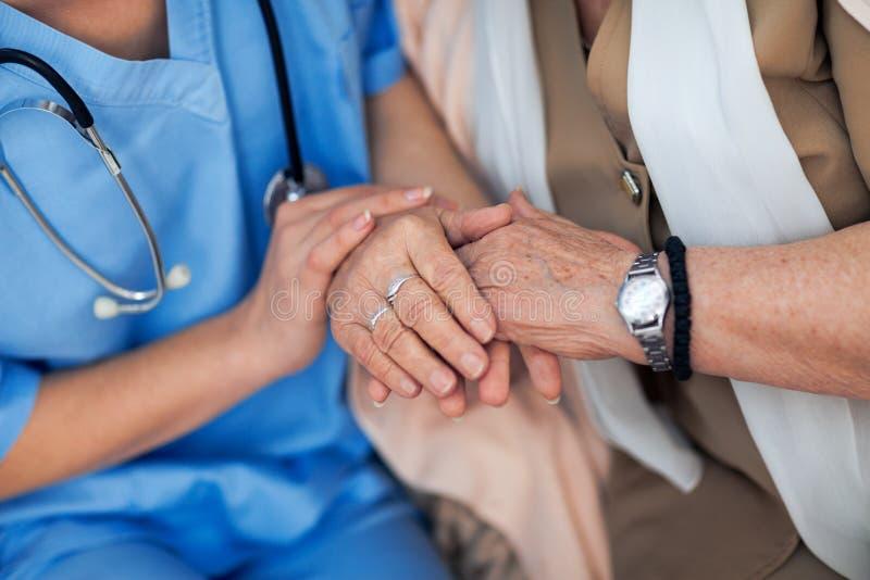 Begrip en zorg voor oudere mensen stock foto's