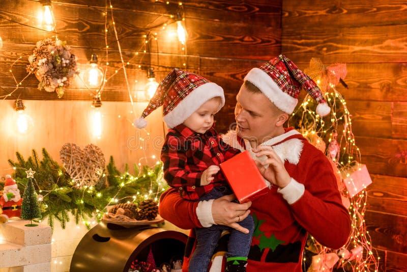 begrip wintervakantie Adore z'n zoon Seizoensvakantie in de magische atmosfeer Fatherhood joy Geniet van elk moment met zijn royalty-vrije stock fotografie