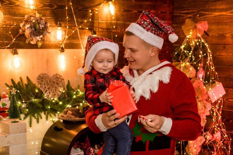 begrip wintervakantie Seizoensvakantie in de magische atmosfeer Fatherhood joy Geniet van elk moment met zijn zoon Betaling royalty-vrije stock foto's