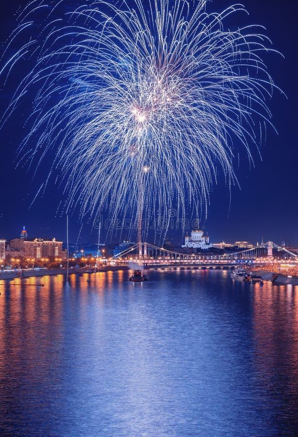 Begroeting boven het Kremlin vuurwerk bij de festival` Spassky Toren ` Historisch museum stock foto