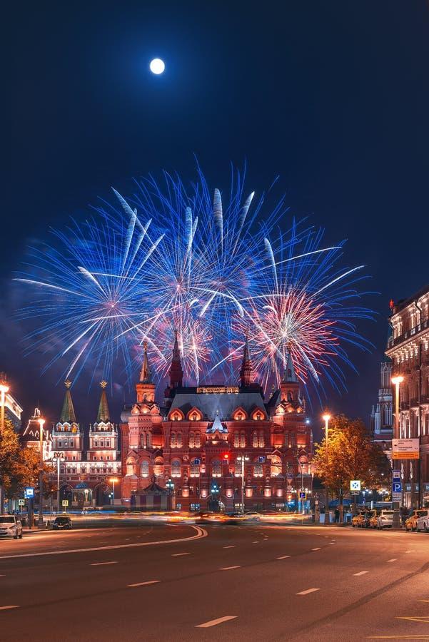 Begroeting boven het Kremlin vuurwerk bij de festival` Spassky Toren ` Historisch museum royalty-vrije stock fotografie
