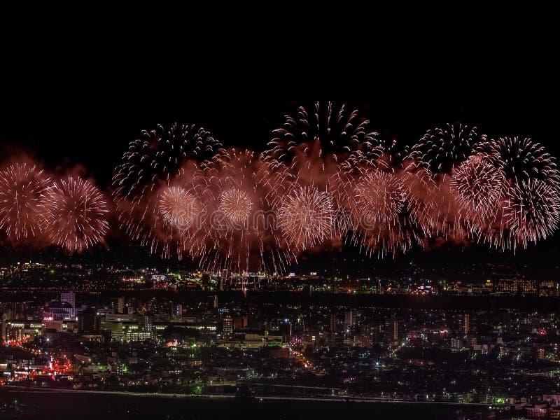 Begroeting over de stad de megalopolis Feestelijke begroeting in de nachthemel Explosies van vuurwerk stock afbeelding
