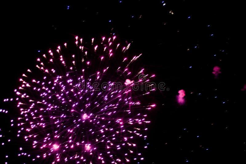 Begroeting, Vuurwerk in de Nachthemel Pyrotechnic toon op een vakantie Explosie van vele voetzoekers royalty-vrije stock afbeeldingen