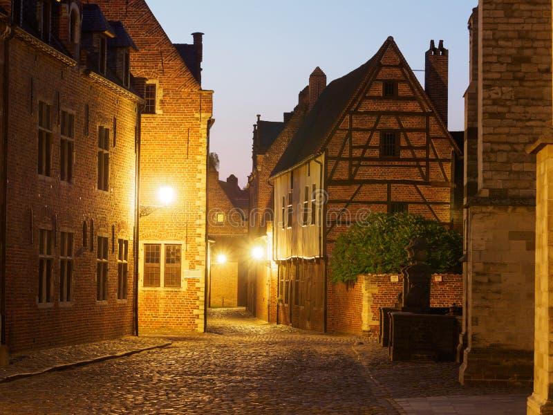 Beguinage alla notte a Lovanio, Belgio immagine stock