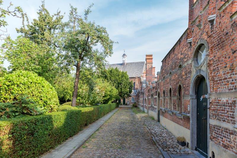 Beguinage con le vecchie case storiche del centro a Anversa, Belgio fotografia stock libera da diritti