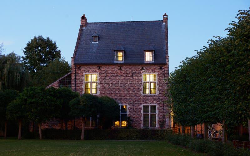 Beguinage la nuit à Louvain, Belgique image libre de droits