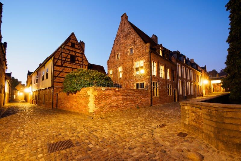 Beguinage nachts in Löwen, Belgien lizenzfreie stockbilder