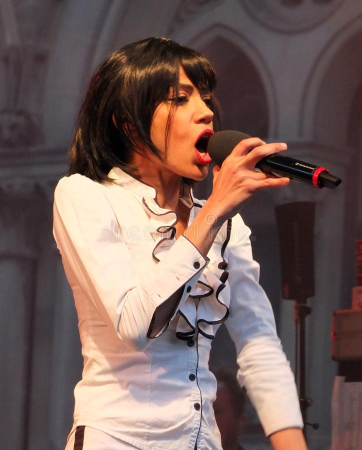 Begum X sångaren från musikbandet Ska Vengers som utför på etapp på den bradford festivalen royaltyfri bild
