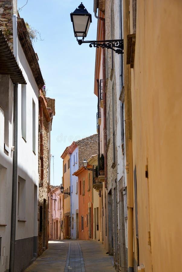 Begur, Costa Brava, Catalogne, Espagne : vieilles maisons et rue typique photo libre de droits