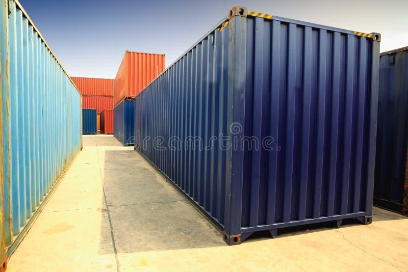 Behälter, Containerschiff im Import-export und Geschäft logistisch lizenzfreie stockfotos