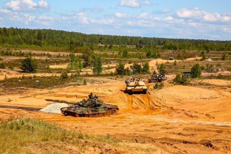 Behälter in der militärischen Ausbildung Saber Strike in Lettland lizenzfreie stockfotografie