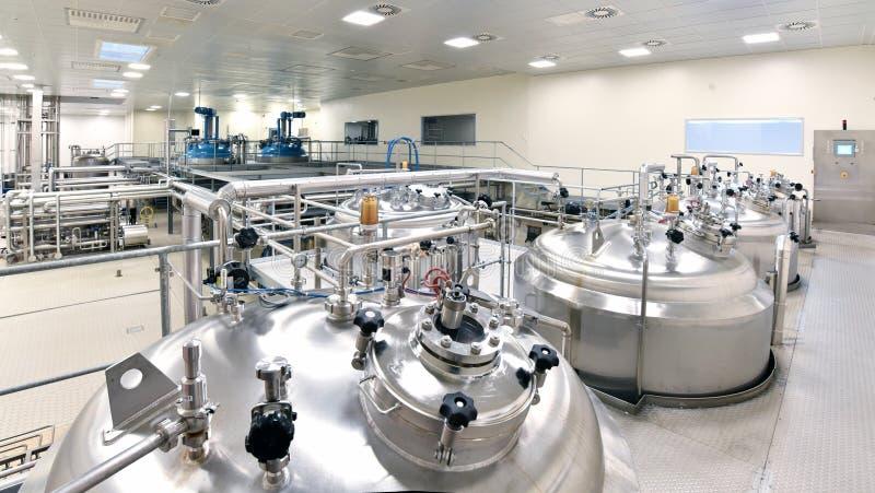 Behälter des Edelstahls für die Lagerung von chemischen Stöcken - Fa lizenzfreie stockfotos