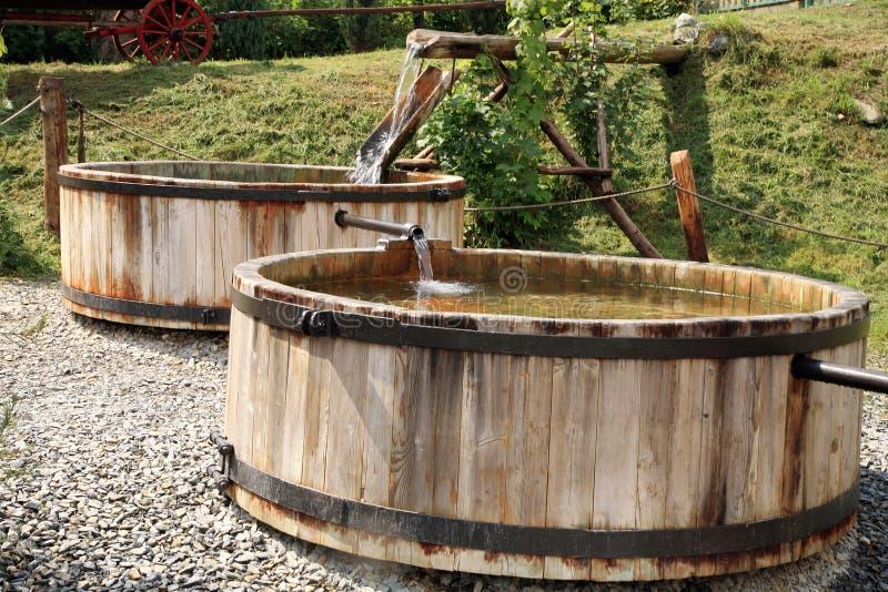 Behälter des hölzernen, flüssigen Wassers stockbilder