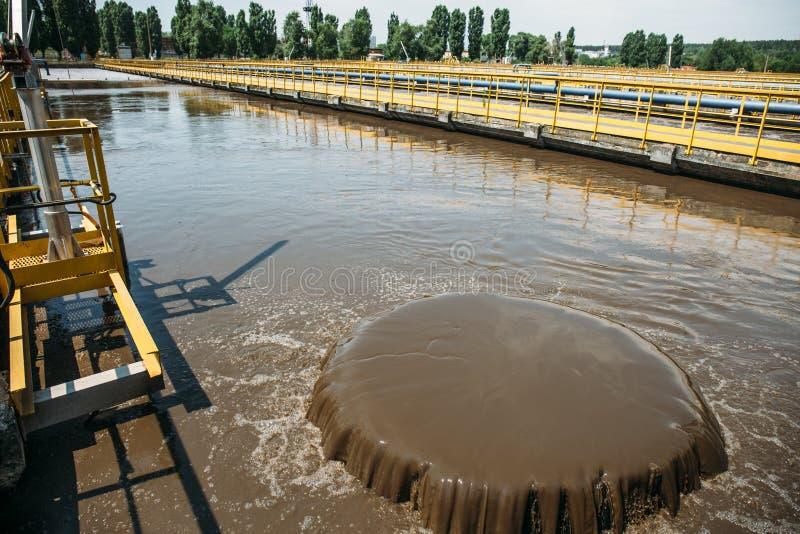 Behälter für Belüftung und biologische Reinigung des Abwassers im Klärwerk stockbilder