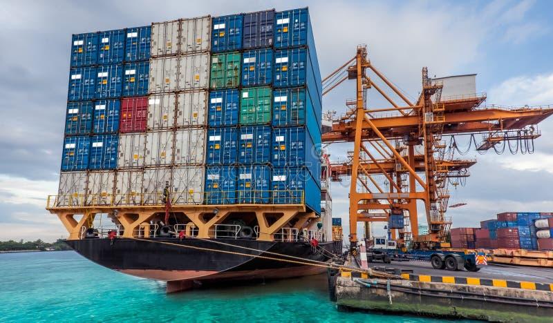 Behälter-Frachtfrachtschiff mit Arbeitskranladen lizenzfreie stockfotos