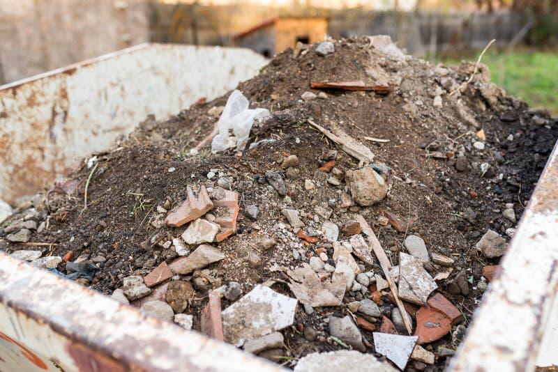 Behälter gefüllt mit Bauabfallabschluß herauf Schuss lizenzfreies stockfoto