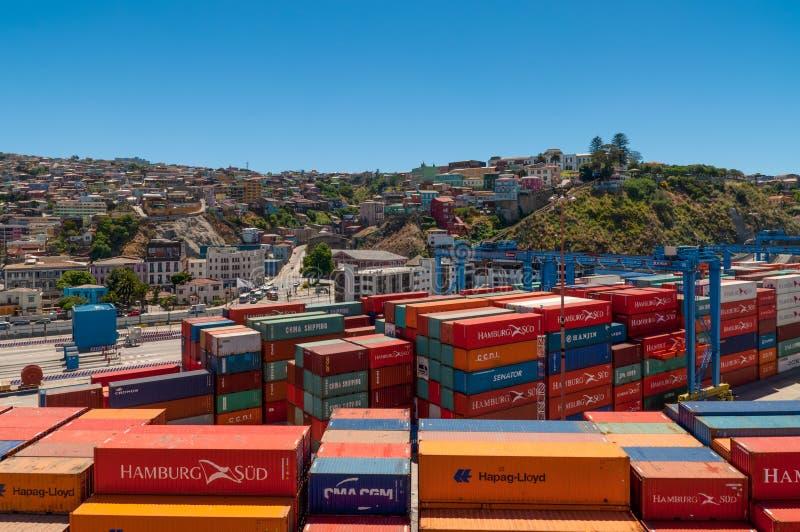 Behälter im Vordergrund im Hafen von Valparaiso, Chile lizenzfreie stockbilder