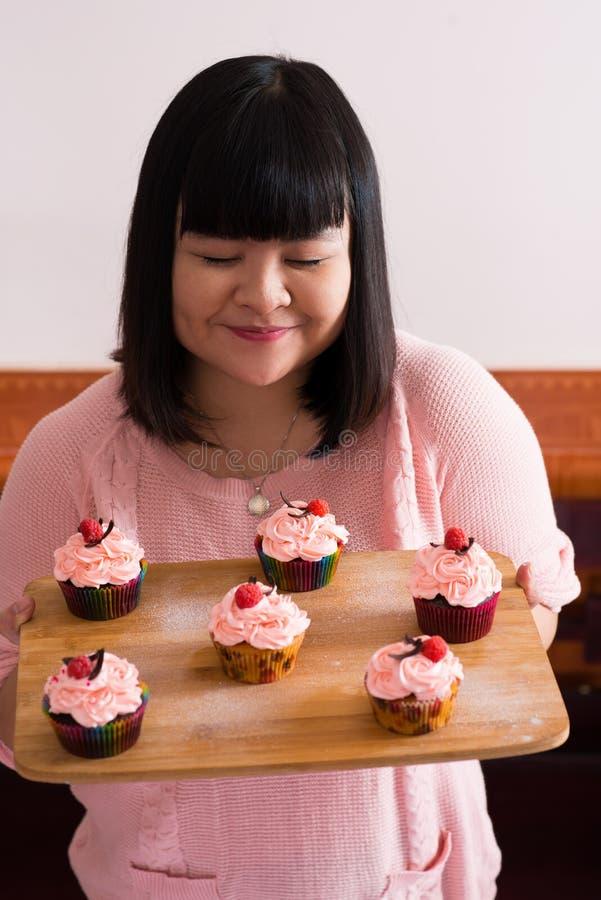 Behälter mit kleinen Kuchen lizenzfreie stockbilder
