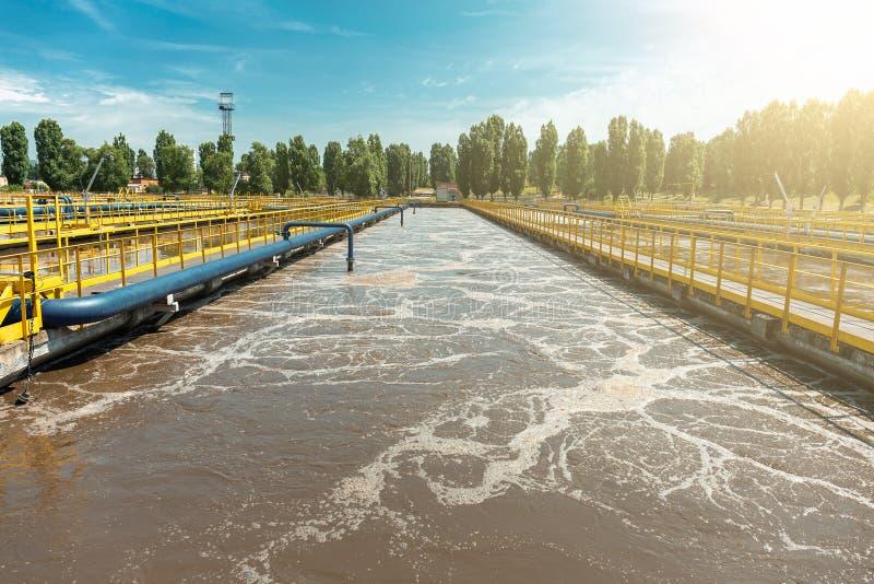 Behälter oder Reservoir für biologische Reinigung und Reinigung des schmutzigen Abwasserwassers durch aktiven Schlamm stockfotos