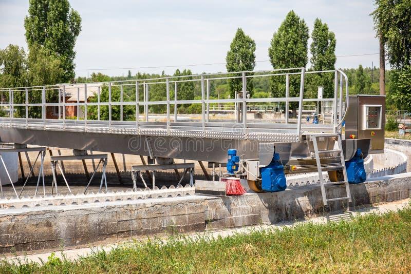 Behälter oder Reservoire für Belüftungs- und Reinigungs- oder Reinigungsabwasserflüssigkeit mit Schlamm im modernen Klärwerk lizenzfreies stockfoto