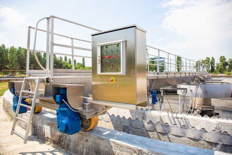 Behälter oder Reservoire für Belüftungs- und Reinigungs- oder Reinigungsabwasserflüssigkeit mit Schlamm im modernen Klärwerk stockfotos