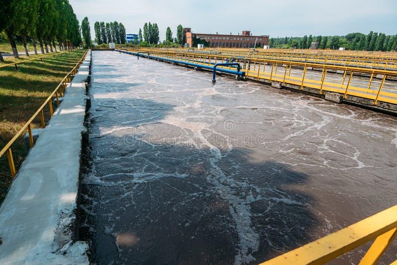 Behälter oder Reservoire für Reinigungsabwasserflüssigkeit mit Schlamm im modernen Klärwerk lizenzfreie stockfotografie