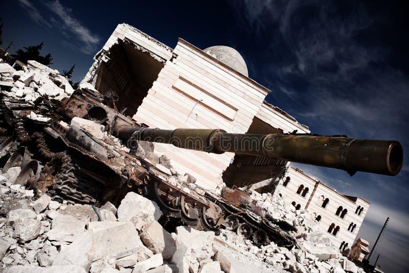 Behälter T72 außerhalb der Moschee Azaz, Syrien. stockbild