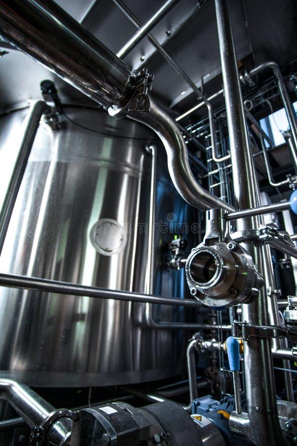 Behälter und Pumpen in der modernen Anlage lizenzfreie stockbilder