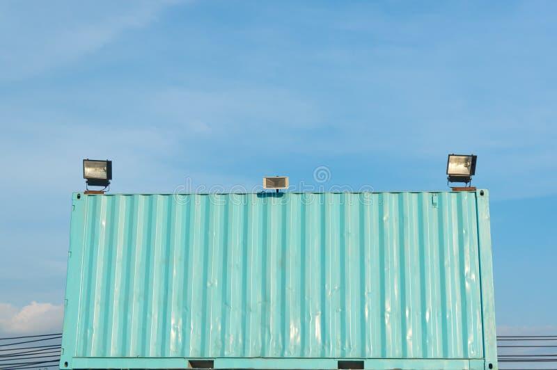 Behälter und Scheinwerfer gegen den blauen Himmel lizenzfreie stockfotografie