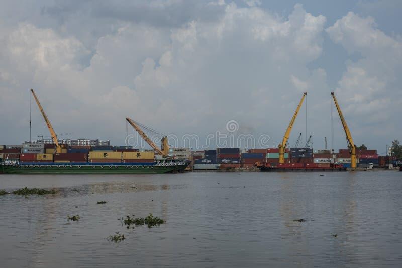 Behälter werden von einem Schiff in Ho Chi Minh City, Vietnam entladen lizenzfreies stockfoto
