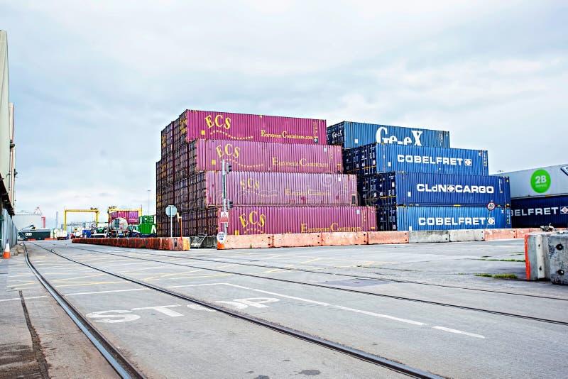 Behälterdepot in Dublin-Hafen in Alexandra Quay Container Terminal, Dublin Port, am 16. August 2017 lizenzfreie stockfotos