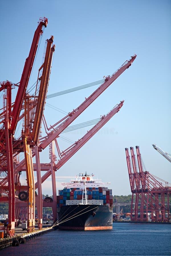 BehälterFrachtschiff im Kanal stockbild